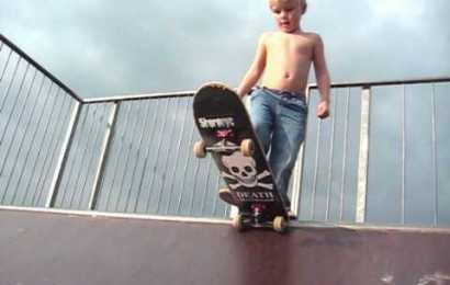 "Info Viral: Budak 3 Tahun Menunjukkan Teknik Bermain ""Skateboard"""