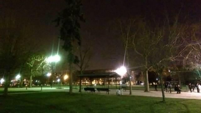foto biasa yang diambil pada waktu malam dengan kamera handphone