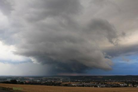 Vue vers Méricourt : des nuages murs marquent l'alimentation en air chaud de la supercellule.