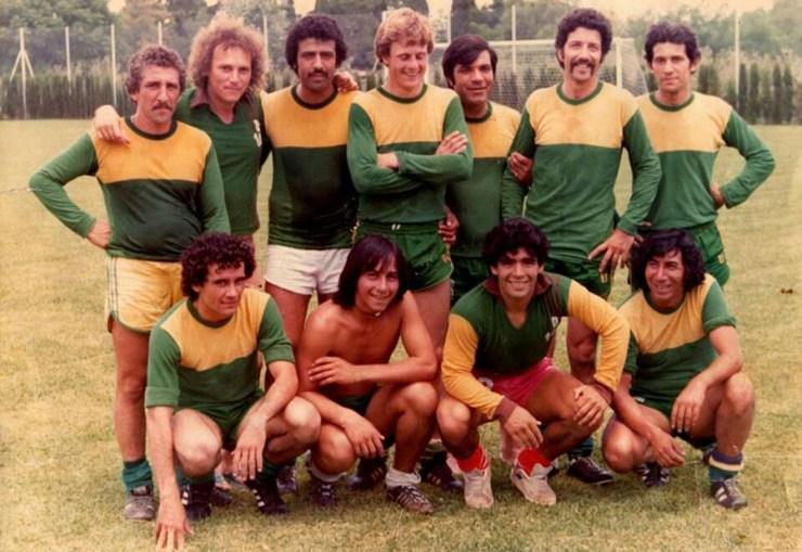 Diego Maradona junto al equipo de choferes que disputó el partido en Florencio Varela. (Alejandro Silva)