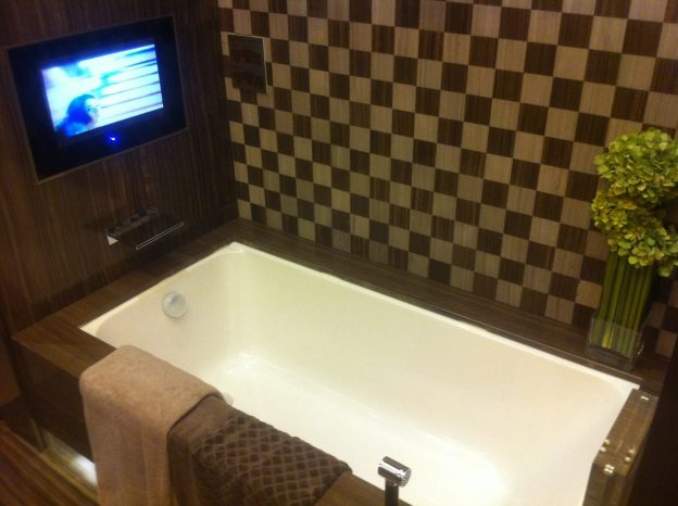 HK_Kennedy_Town_寶翠園Belcher's_showflat_昇御門_Chatham_Gate_bathroom_Bathtube_TV_set_Feb-2012.jpg