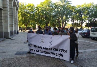 Los picadores y banderilleros se concentran en la puerta de los juzgados de Sevilla