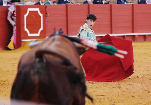 Manuel Perera corta dos orejas y sale a hombros en Sevilla