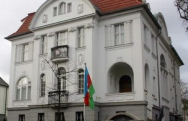 перед азербайджанским посольством