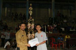 Kepala Dinas Kominfo Toraja Utara, Fitra mewakili Pemerintah Daerah menyerahkan piala kepada Juara I Turnamen Futsal Osara Cup V.