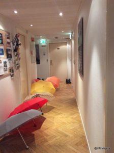 bergen_noruega_marken_pasillo_lluvia_paraguas