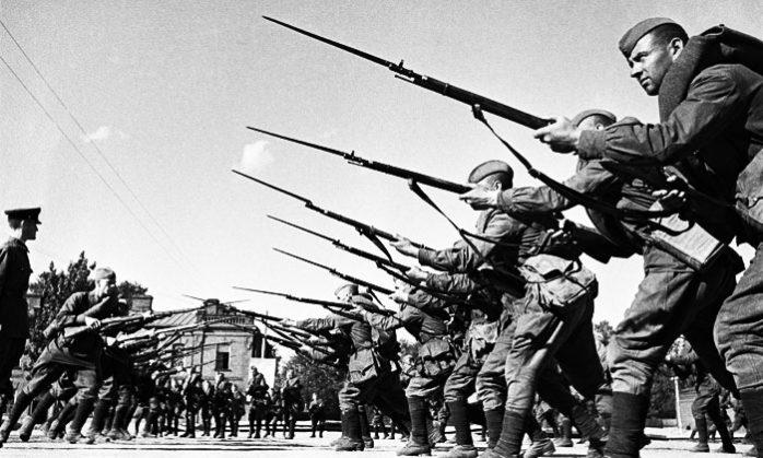 в рукопашный бой с русскими