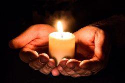 «Держать свечку» — что значит и откуда пошло это выражение
