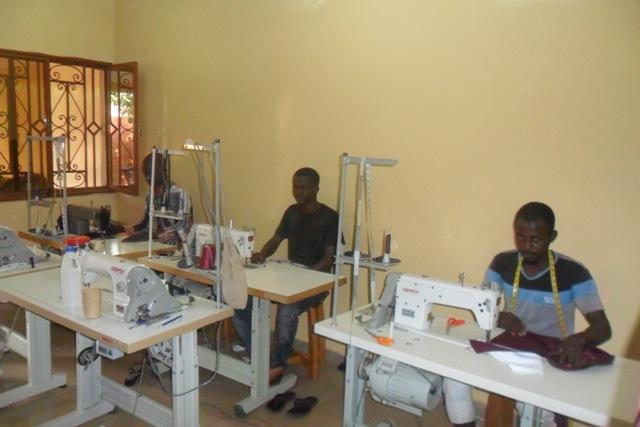 Titulaire d'une maitrise en économie, Sékou Coulibaly fait de la couture son gagne pain