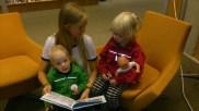 Malin läser för två blivande ingenjörer