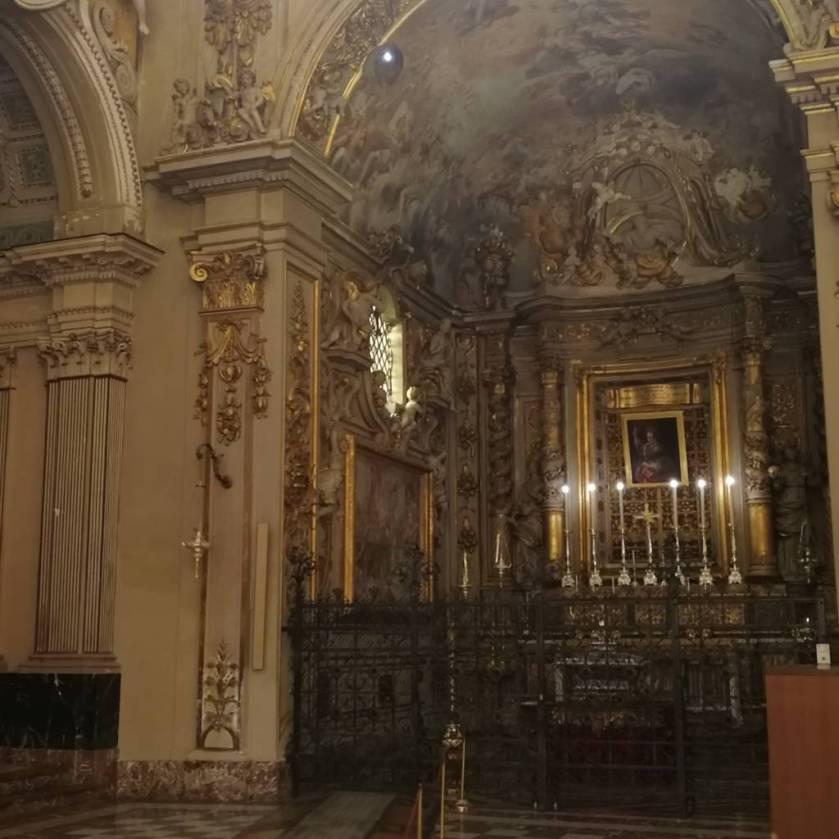 Buco nella cappella per far entrare la luce