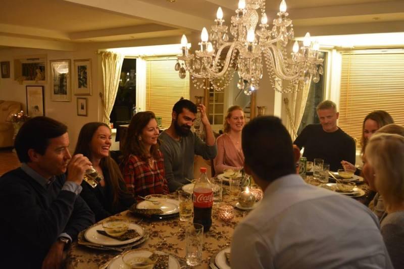 10 samfunnsengasjerte unge er samlet til middag og foredrag