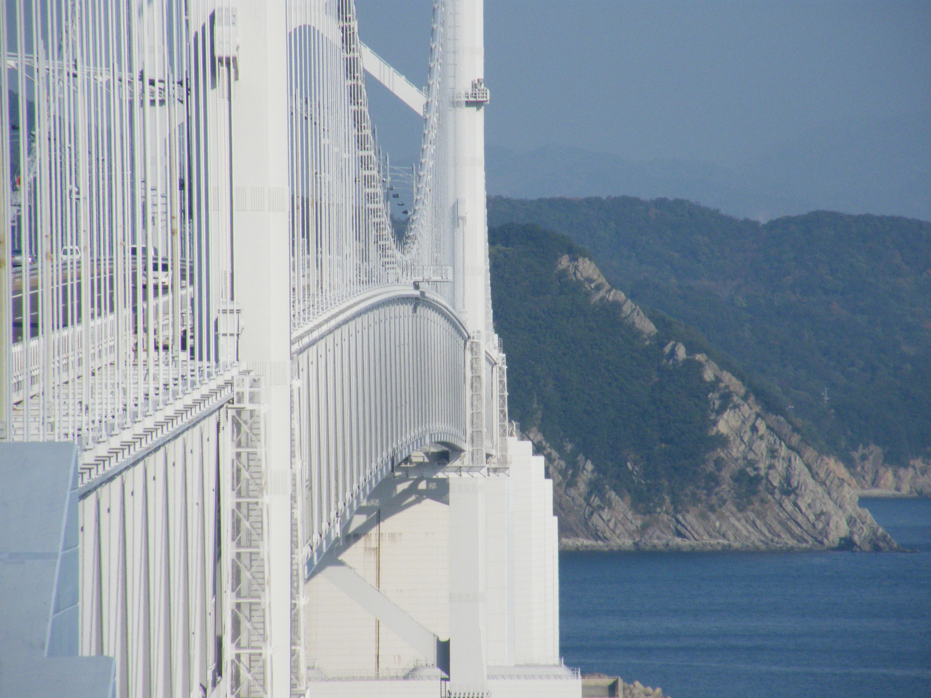 i ponti sospesi sono fatti ad arco...