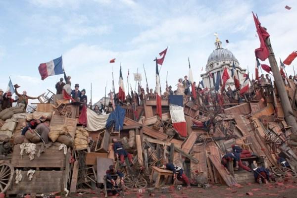 Les Miserables film sinema Sefiller Fransız Devrimi bayrak