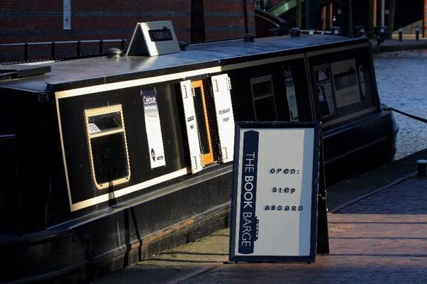 The Book Barge Yüzen Kitapçı kitap tekne bot kitabevi