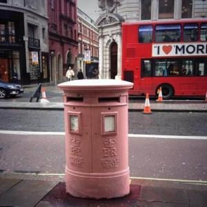 pink pillar box red London bus posta kutusu pembe Londra kırmızı otobüs şehir kent