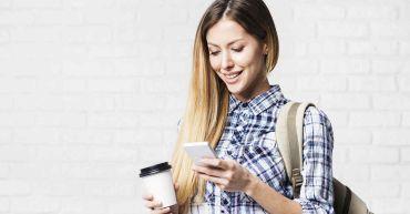 estudiante en academia de inglés usa celular