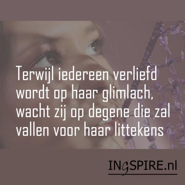 Terwijl iedereen verliefd wordt op haar glimlach, wacht zij op degene die zal vallen voor haar littekens - Ingspire.nl