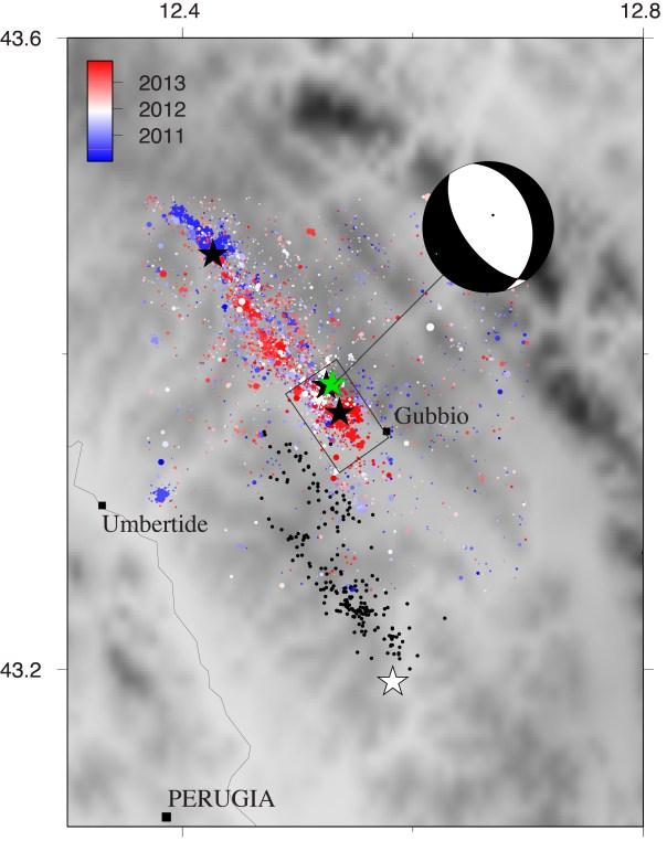 Epicentri dei terremoti del periodo 2010-2013 (si veda la legenda per i colori) e della sequenza del 1984. Il meccanismo focale del terremoto di M3.9 del 18 dicembre mostra una faglia normale (estensione) parallela al bacino e alla faglia di Gubbio
