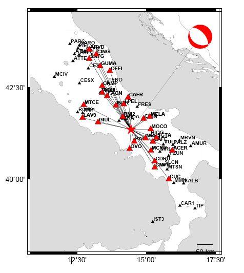"""Distribuzione dei sismometri i cui dati sono stati utilizzati per il calcolo del meccanismo focale. In alto a destra la soluzione (la """"beach-ball"""" in rosso) che evidenzia una faglia estensionale orientata lungo l'Appennino (nordovest-sudest)"""