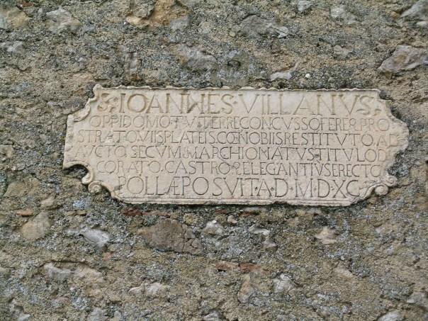 """Polla (SA): epigrafe posta sulla facciata del Palazzo Villano in cui sono ricordati i terremoti del 1561: nella seconda riga è scritto """"oppido motu terre concusso…"""" e nell'ultima riga """"… AD MDXC"""", cioè """"anno 1590""""; il che significa che ci vollero circa 30 anni per ristrutturare il castello [foto per gentile concessione di Romano Camassi - Ingv Bologna]"""