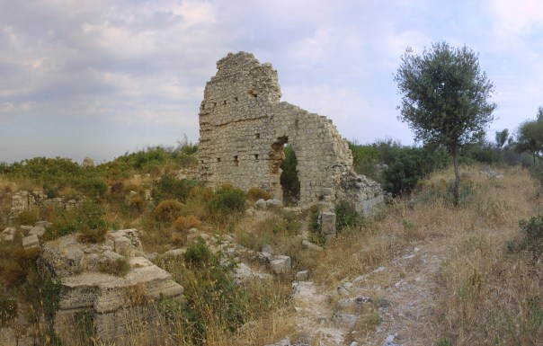 I ruderi Noto Antica. [fonte: Azzaro et al. (2008) http://www.edurisk.it/it/itinerari/viaggi-virtuali.html].