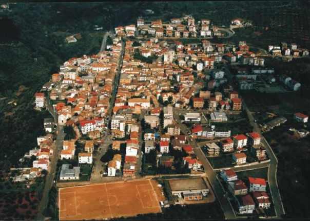 Una veduta di Pianopoli (CZ). L'abitato fu fondato, con il toponimo iniziale di Feroleto Piano, da una parte degli abitanti superstiti di Feroleto, i quali abbandonarono il vecchio paese distrutto dal terremoto del marzo 1638 e ricostruirono le loro abitazioni nella pianura sottostante. Gli altri abitanti superstiti rimasti sulle alture, invece, ricostruirono Feroleto (l'odierna Feroleto Antico) sulle rovine del 1638 (Foto da: http://www.ilgiornaledellaprotezionecivile.it/index.html?pg=1&idart=767&idcat=3 ).