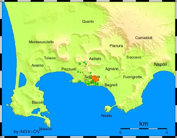 Localizzazioni epicentrali della distribuzione della sismicità dei Campi Flegrei: i cerchi arancioni rappresentano lo sciame sismico del 7-10-2015, quelli in giallo dell'ultimo mese, quelli in verde dell'ultimo anno.