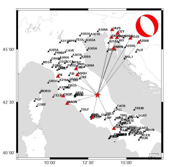 Meccanismo focale del terremoto di questa notte nelle province di Belluno e Pordenone. Il simbolo rosso e bianco indica il tipo di geometria e movimento della faglia responsabile del terremoto. La stella rossa è l'epicentro del terremoto e i triangoli rossi sono le stazioni sismiche usate nel calcolo.
