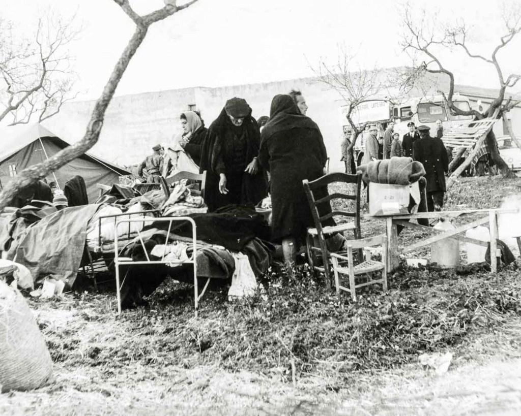 Santa Margherita Belìce - Accampamenti di fortuna all'indomani della scossa del 15 gennaio 1968.