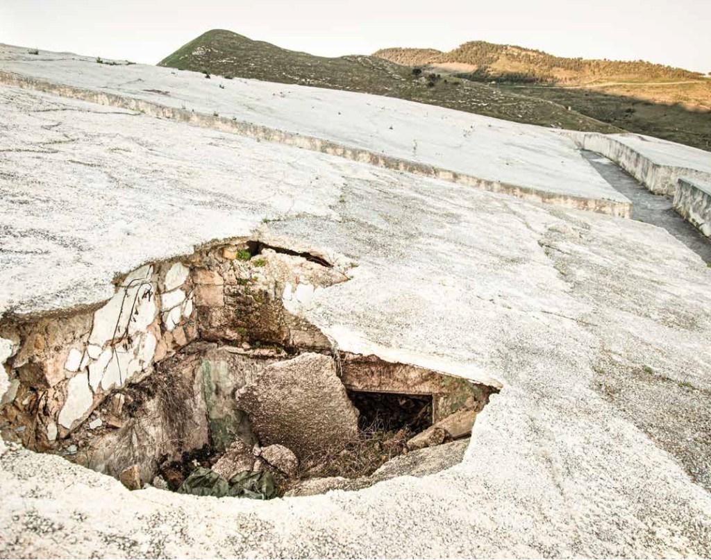 """Una """"breccia"""" nel Cretto di Alberto Burri, mostra alcuni dei ruderi del vecchio abitato di Gibellina (2014, foto Sandro Scalia)."""