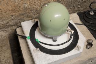 Figura 5 - Il sismometro a larga banda installato sul sito SRES, prima della schermatura. Il plinto di cemento, distaccato lateralmente dal pavimento e profondo poco meno di un metro, assicura l'accoppiamento con la roccia viva.