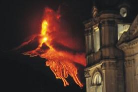 Attività eruttiva stromboliana ed effusiva al Nuovo Cratere di Sud-Est, ripresa da Zafferana Etnea. A destra, il campanile della chiesa madre Santa Maria della Provvidenza. Foto di Marco Neri.