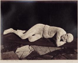 figura 5 - Calco in gesso di figura umana a Pompei. Fotografia di Giorgio Sommer, 1873.