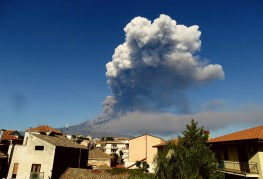 Figura 3 - Nube eruttiva prodotta dall'apertura della frattura eruttiva, ripresa da Sud il 24 dicembre 2018 (foto di B. Behncke).