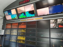 Figura 1 - Pannello di controllo della Sala Operativa dell'Istituto nazionale di Geofisica e Vulcanologia - Osservatorio Etneo, che riprende lo sciame sismico (pannelli in basso) e le telecamere di videosorveglianza (pannelli in alto), la mattina del 24 dicembre 2018 (Foto di M. Neri).