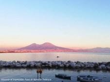 Figura 1 - Il Vesuvio al tramonto visto dal lungomare di Napoli.