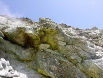 Figura 3 - Area fumarolizzata con evidenti coperture di zolfo e solfati idrati (Foto M.Russo)