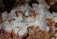 Figura 7 - Clorammonio (salammoniac - NH4Cl) - si presenta in cristallini cubici, cubottaedrici, o più complessi) incolori alla fumarola Bocca Grande e Bocca Nuova (Foto M. Russo)