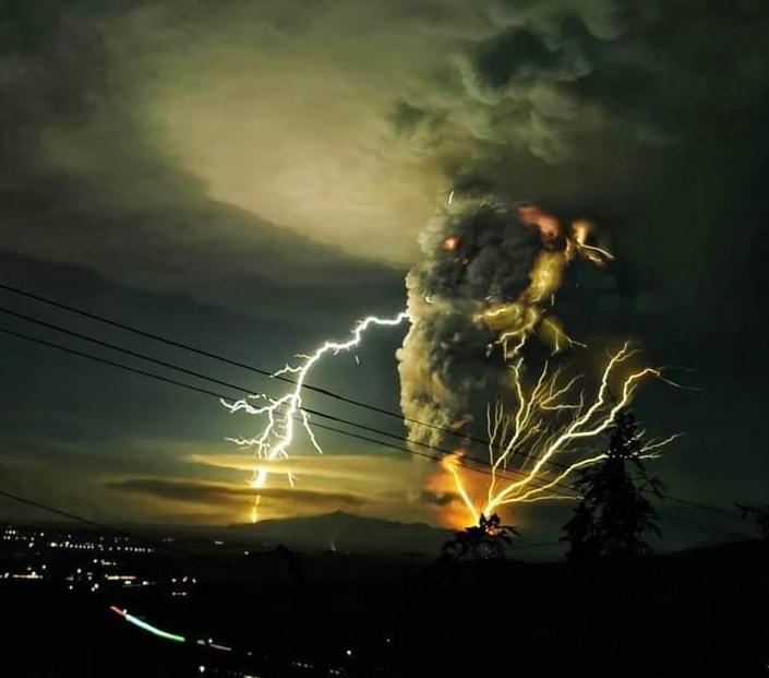 Il fragoroso risveglio del vulcano Taal