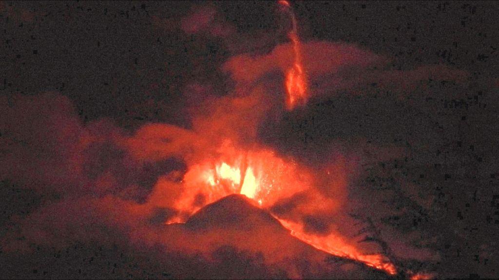 Fontane di lava al culmine del parossismo, ore 00:40 del 23 febbraio 2021 La fontana più alta, emessa dalle bocche orientali del Cratere di Sud-Est, raggiunge un'altezza di oltre 1500 m. Il cono del Cratere di Sud-Est, alto circa 300 m, dà la scala. Vista da Tremestieri Etneo, versante sud dell'Etna.