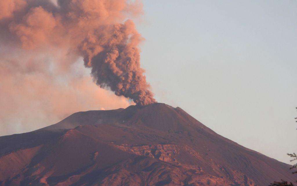 Emissione di cenere dal cratere di Sud-Est all'alba del 23 febbraio 2021. Vista da Tremestieri Etneo.