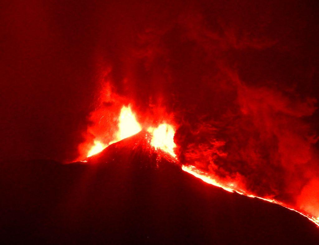 Figura 7 – Flusso piroclastico in discesa dal fianco orientale del Cratere di Sud-Est dell'Etna, alle ore 22:23 del 24 febbraio 2021. Si distingue bene la nube che si alza dal flusso piroclastico. La vista è da Trecastagni.