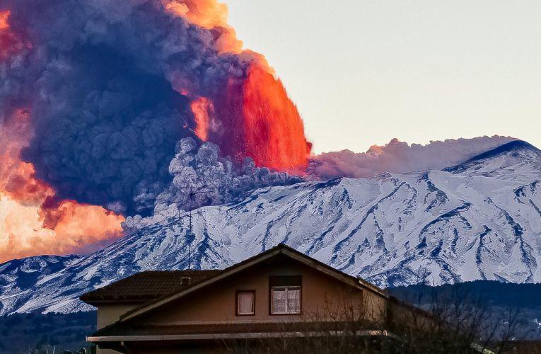 Rosso di sera all'Etna: Lo spettacolo della lava al tramonto