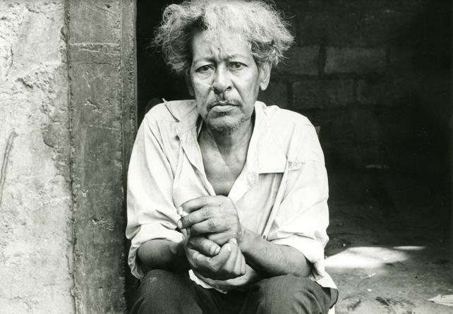 Figura 5 – Uno dei contadini trovati ed intervistati da Herzog sull'isola de La Guadaloupe, in attesa dell'eruzione che non ci fu (Foto: Werner Herzog Film, Behind the Scenes).