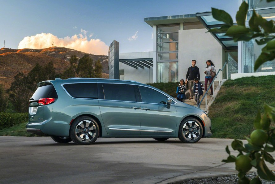2017 Chrysler Pacifica Hybrid Electrifies The Minivan