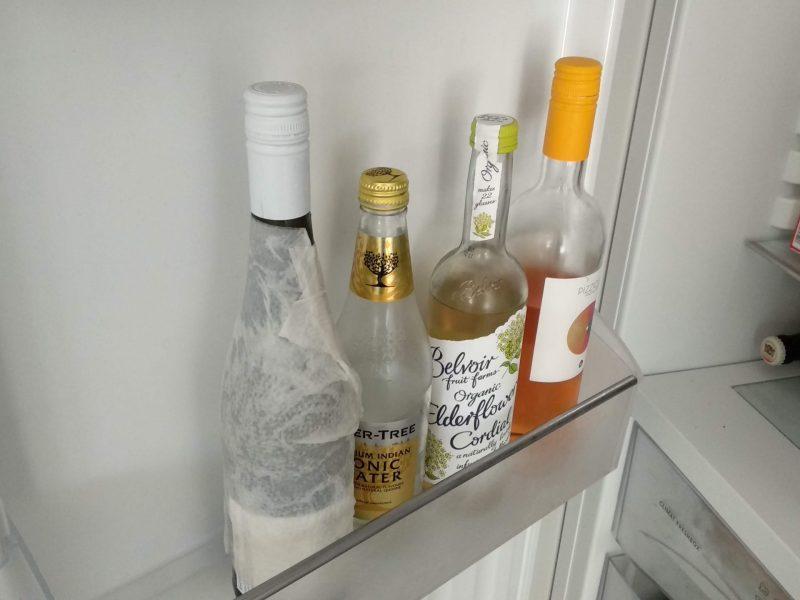 Wijn snel koelen met keukenpapier in de koelkast