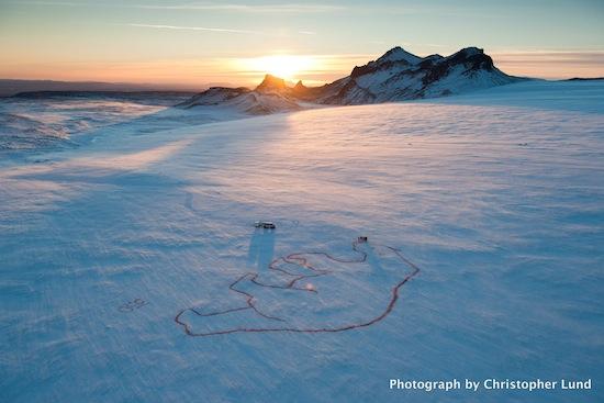 """Oso polar rojo"" de Bjargey Ólafsdóttir en el glacial Langjökull de Islandia"