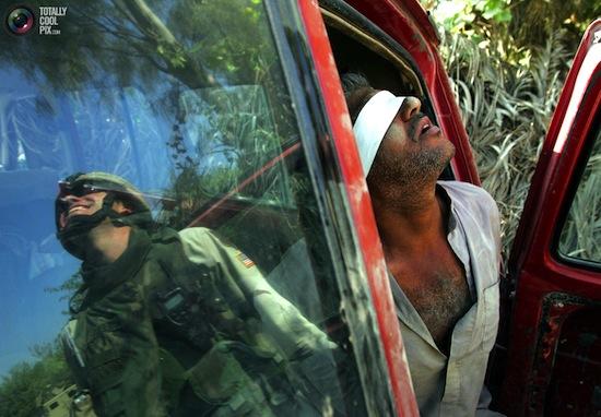 Foto de Jorge Silva/Reuters con un iraquí detenido