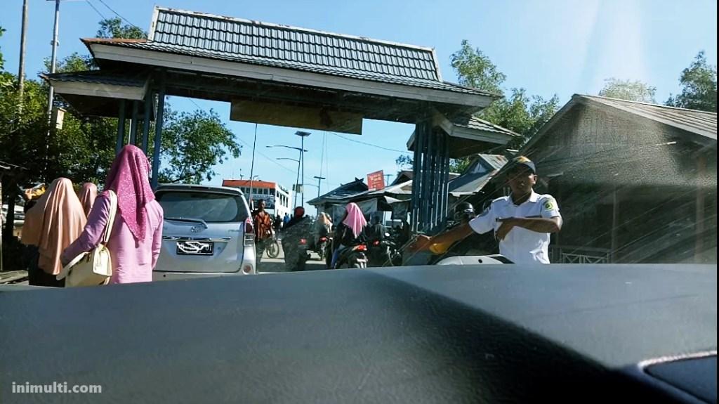 pelabuhan penyeberangan berpetualang ke desa temajuk naik mobil